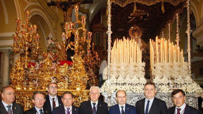 El presidente del Sevilla, ante las imágenes titulares de la hermandad.