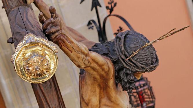 El Cristo del Amor, en una fotografía lateral, tomada a la altura de su cruz pocos instantes después del inicio de su salida procesional.