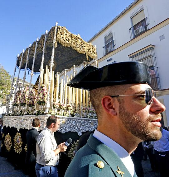 Agentes de la Guardia Civil escoltaron el paso de palio de la Virgen de los Dolores, en la imagen saliendo ya de San Lucas y a punto de afrontar el reto de la calle Cabezas.