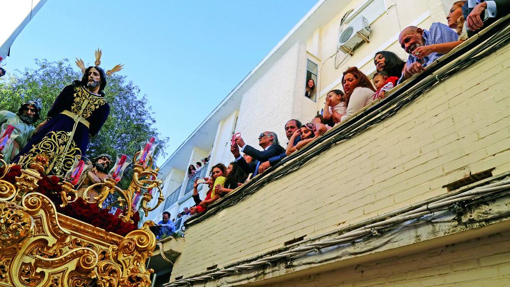 Azoteas y balcones repletos de personas al paso del Prendimiento por la calle Cantarería.