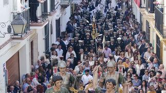 Una estampa impresionante que se repite cada Miércoles Santo en la calle Naranjas. El paso de misterio de la Sagrada Flagelación rodeado de un gran número de devotos.