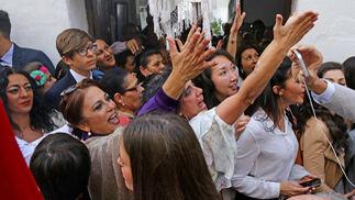 Mujeres aclaman al 'Señor de los Gitanos' en Cantarería, a su paso por la casa de 'La Bastiana'.