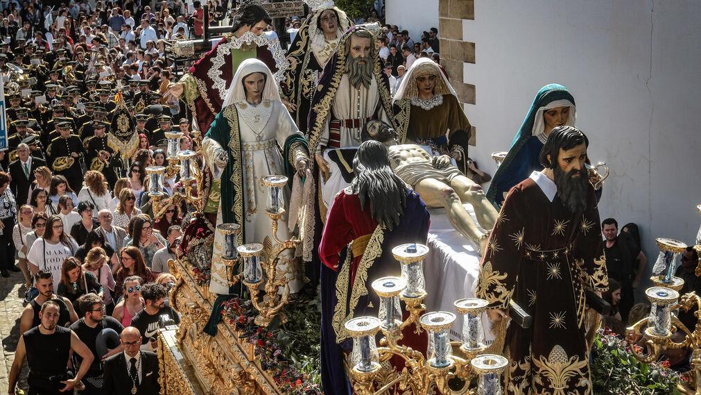 El misterio del Santísimo Cristo de la Caridad avanzando, tras su salida, para tomar la plaza del Mercado en pleno corazón de San Mateo.