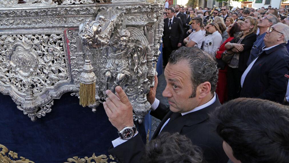 Un momento de la salida del palio de la Virgen de la Amargura, a punto de emprender su travesía por Medina.