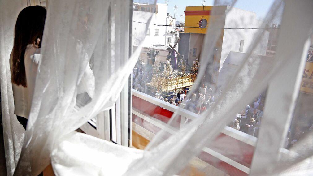 La magnífica vista desde una ventana del barrio del Pelirón de la imagen del Señor del Amparo saliendo de su capilla del Consuelo.