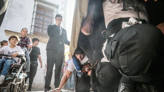 Hubo momentos para levantar los faldones y que el aire refrescara a los esforzados hombre de abajo. En la foto, costaleros de Santa Marta.