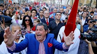 El cantaor santiaguero Joaquín 'El Zambo' le canta una saeta al Prendimiento cuando el misterio se para en la calle Ancha.