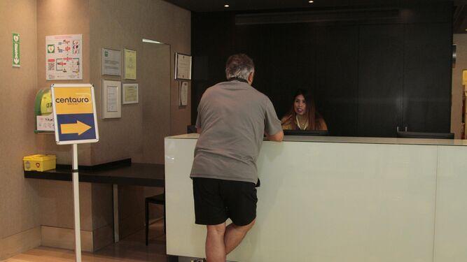 Un cliente en la oficina de Centauro ubicada en el 'hall' del Hotel Ayre, frente a la estación de Santa Justa.