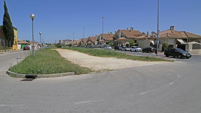 Un descampado junto a las viviendas.