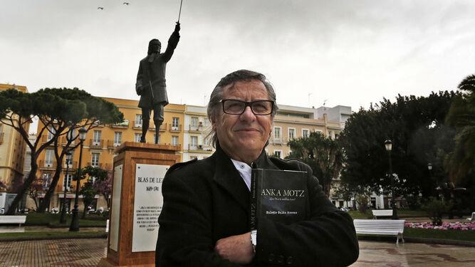 Eulogio Galán, ante la estatua de Blas de Lezo que le recuerda en Cádiz.