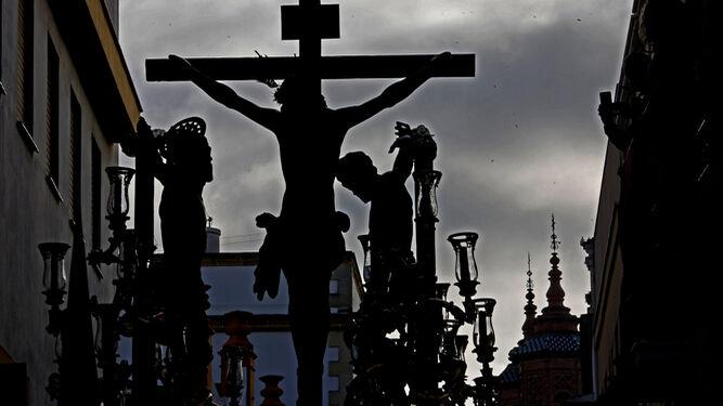 Contraluz del misterio del calvario de la Vera Cruz con el convento de las Reparadoras al fondo.