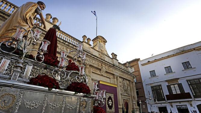 José María García 'Gorrión' dirigió, un año más, la dificultosa salida del bello palio del Mayor Dolor.
