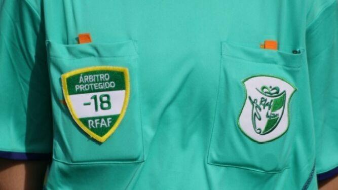 Los árbitros menores lucirán un distintivo en su camiseta.