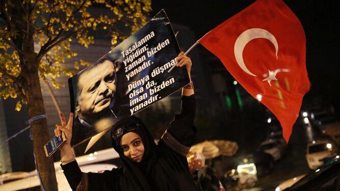 """Una simpatizante de Erdogan celebra la victoria del """"sí"""" en el referéndum ."""