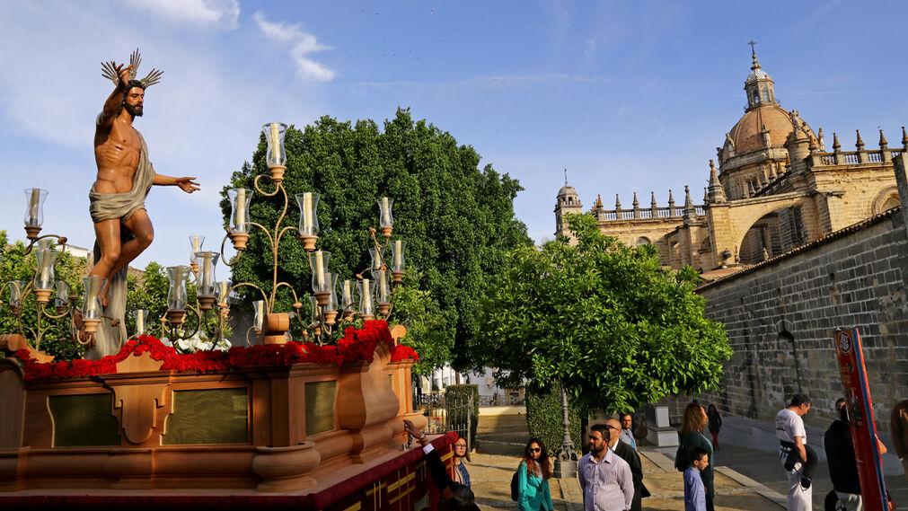 La procesión culminó con la Pontifical de Resurrección en la Catedral