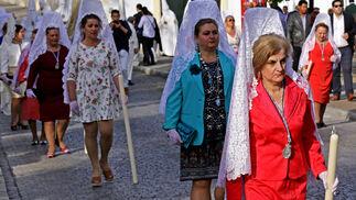 También se mantuvo la tradición de la mujer tocada con mantilla blanca, hermanas de la hermandad que se ocuparon de crear una saya bordada para la Virgen