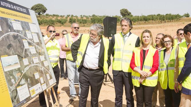 De la Serna durante una visita a las obras de la SE-40 en Sevilla.