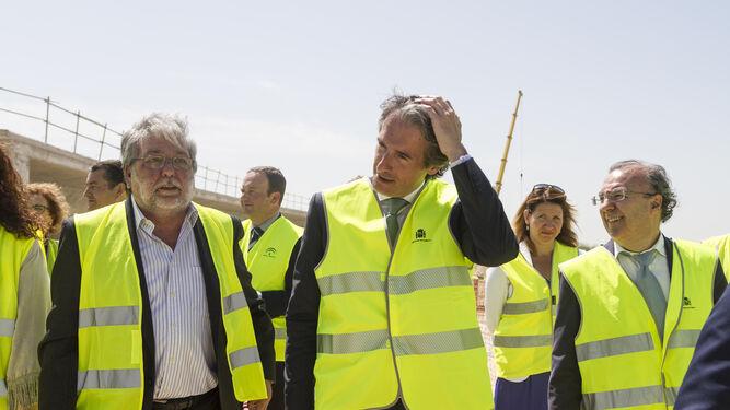 Íñigo de la Serna, ayer por la mañana, en su visita a las obras de la SE-40.