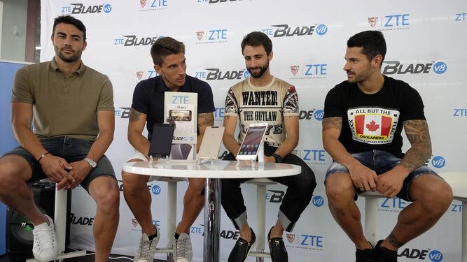 Los cuatro capitanes, Iborra, Carriço, Pareja y Vitolo, posan en un acto de uno de los patrocinadores del club./ANTONIO PIZARRO