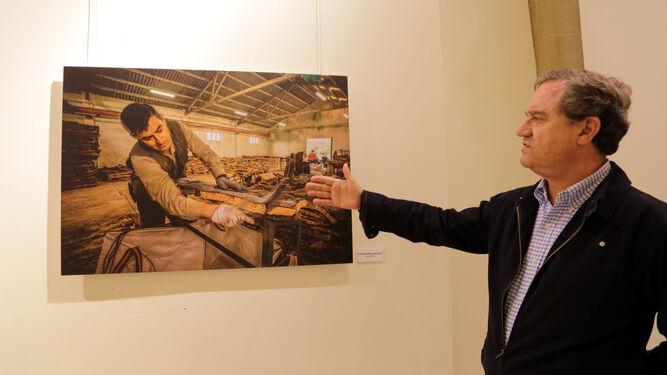 El comisario de la muestra, Juan Salido, explica una de las fotografías, de Miguel Ángel González.