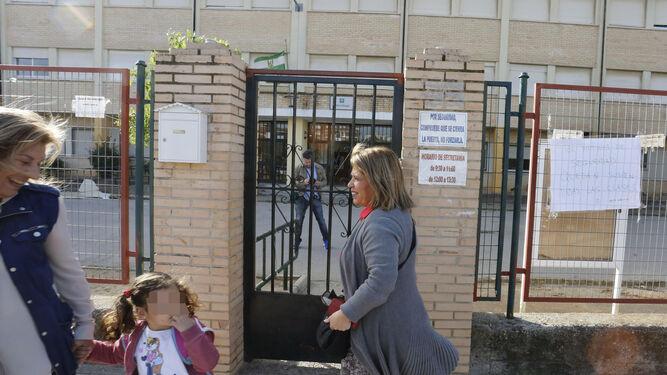 La alcaldesa visitó el colegio La Unión para comprobar el estado de los desperfectos.