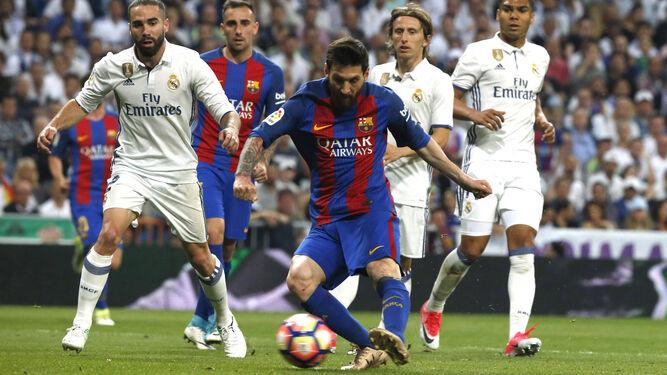 Messi remata en la jugada del 1-1 para el Barcelona.