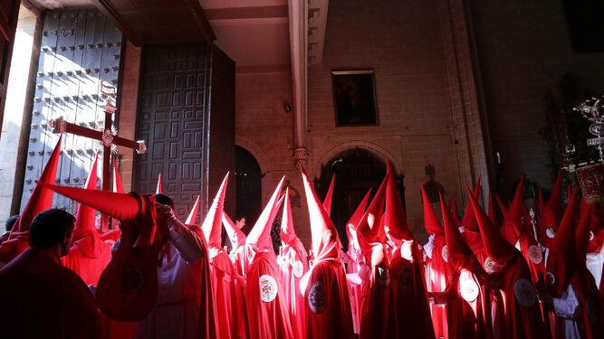 Nazarenos de la hermandad de la Sagrada Cena saliendo de San Marcos.