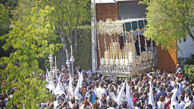 Salida del paso de palio de la Virgen de Salud y Esperanza desde la parroquia de San Benito.