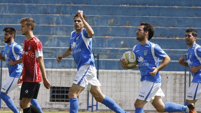 Pedro Carrión celebra el primer tanto de su cuenta particular, de penalti, junto a Carlos Álvarez.