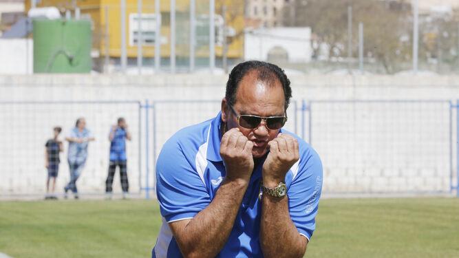 Sánchez Avellano muestra tarjeta amarilla a Lobo tras cometer penalti sobre Pedro Carrión.