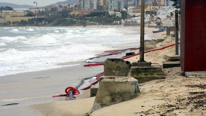 El último temporal de levante provoca el derribo de muros en El Rinconcillo