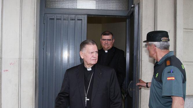 El obispo emérito de Cádiz, Antonio Ceballos Atienza, sale ayer de los juzgados por una puerta lateral del edificio.