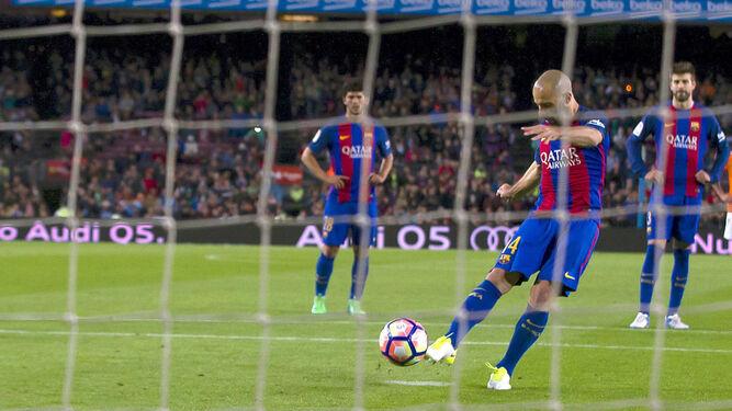 Mascherano lanza un penalti para hacer su primer gol con el Barça.