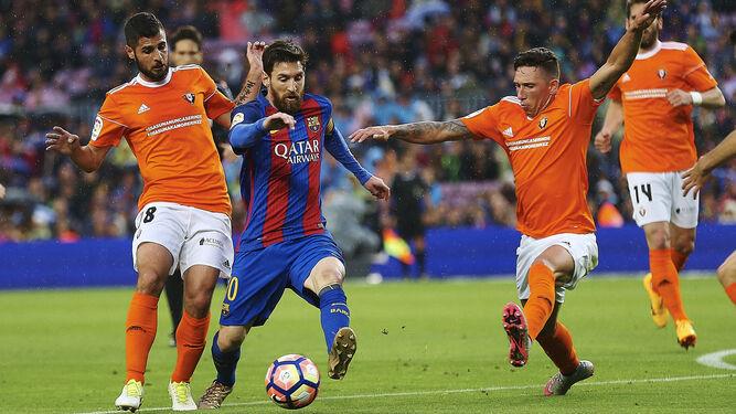 Messi avanza entre algunos rivales.