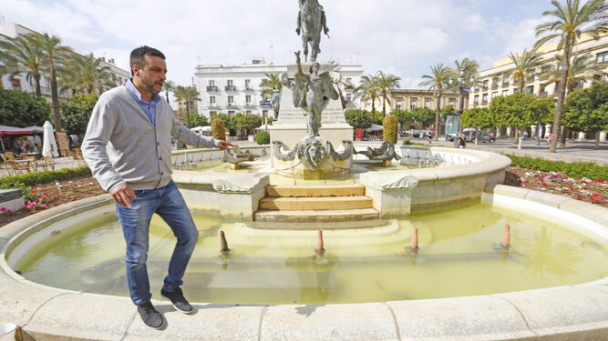 José Antonio Díaz, personado ayer en el lugar de los hechos, señala los destrozos provocados.