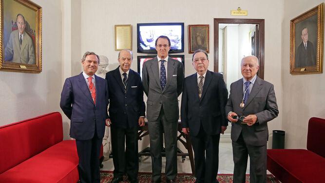 Mauricio González-Gordon, ayer junto al presidente de la Academia y otros miembros de la junta directiva.