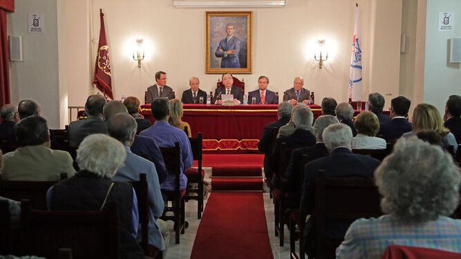 Numeroso público ayer en la sede de la Academia durante la conferencia.