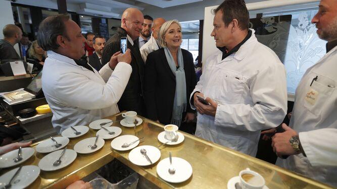 Le Pen acelera la campaña para ampliar su base electoral y 'dulcificar' su imagen