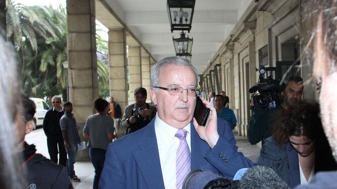 El ex consejero Antonio Fernández, ayer en los juzgados.