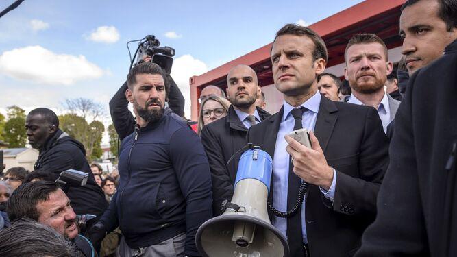 Enmanuel Macron, ayer, megáfono en ristre.
