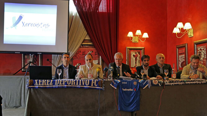 Rafael Coca presentó ayer su candidatura a la presidencia del Xerez DFC acompañado por los integrantes de su lista en el hotel Los Jándalos.