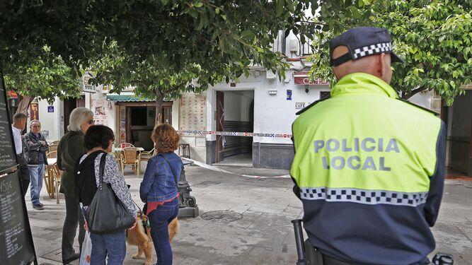 Imagen captada ayer por la mañana del inmueble acordonado y vigilado por la Policía Local.