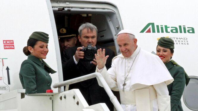 El papa Francisco saluda antes de subir al avión con destino a Egipto