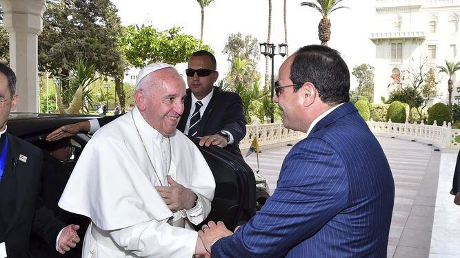 El presidente egipcio Abdel Fattah Al Sisi (d), recibiendo al papa Francisco.