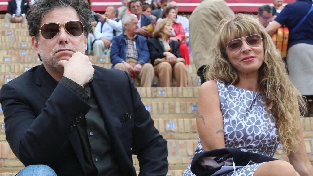 El cantante Andrés Calamaro y su acompañante.