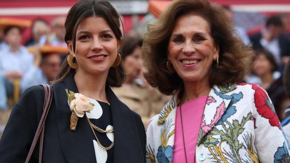 Lola Peralta y Mamer Revuelta, hija y mujer del rejoneador Rafael Peralta.