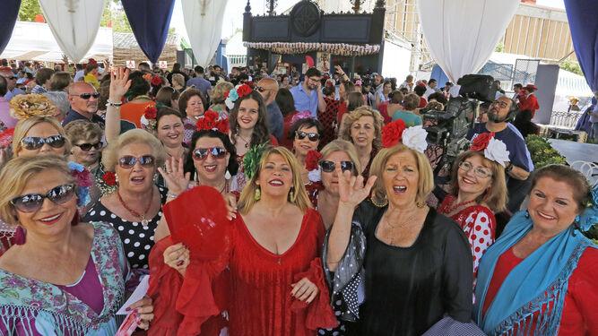 Mamen Sánchez y Carmen Collado disfrutaron de la fiesta con las asociaciones de mujeres.