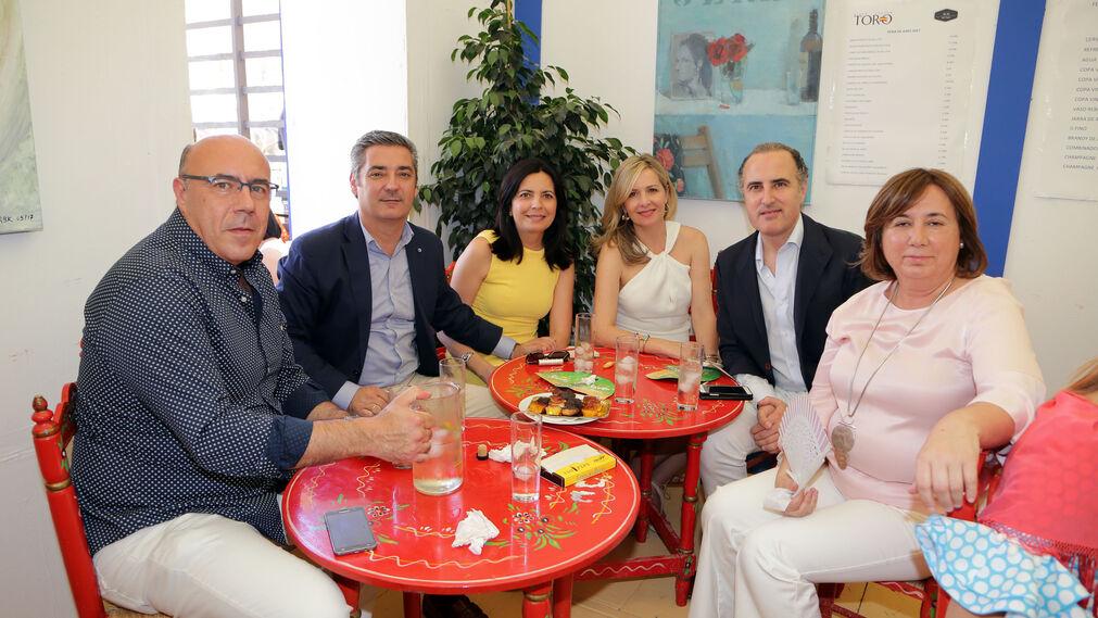 Javier Alaminos, Manuel Rodríguez, Patricia Garzo, Alicia García, Antonio Rodríguez y Juana Richarte, en la caseta del periódico.