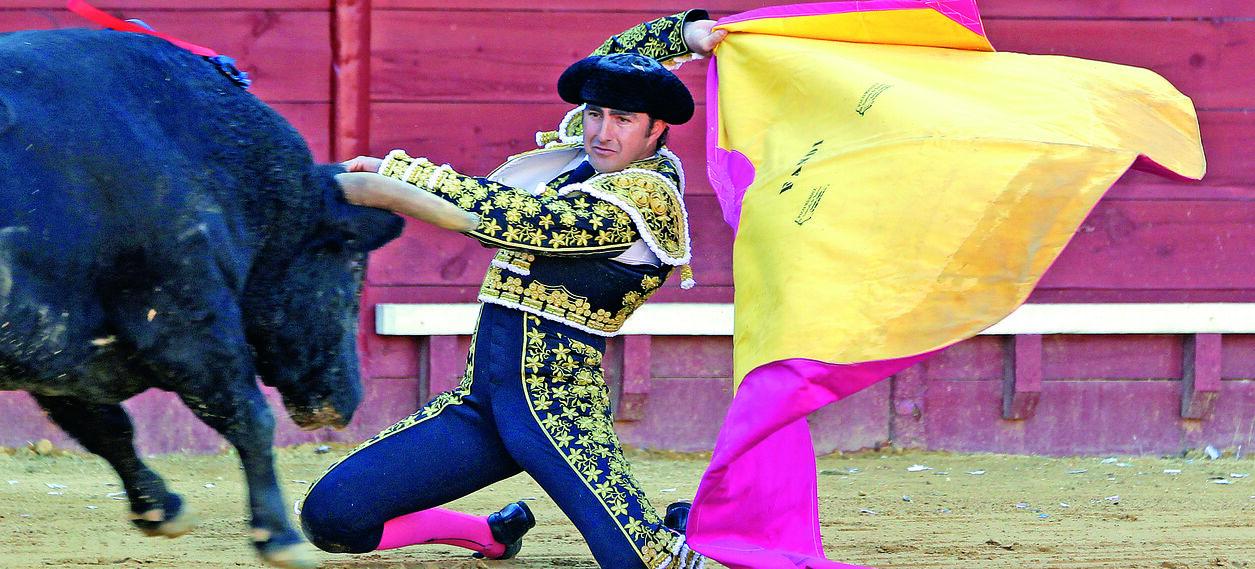 El Fandi utilizó todas su armas toreras, entre ellas las largas cambiadas en el tercio, para buscar una puerta grande que le cerró la espada.