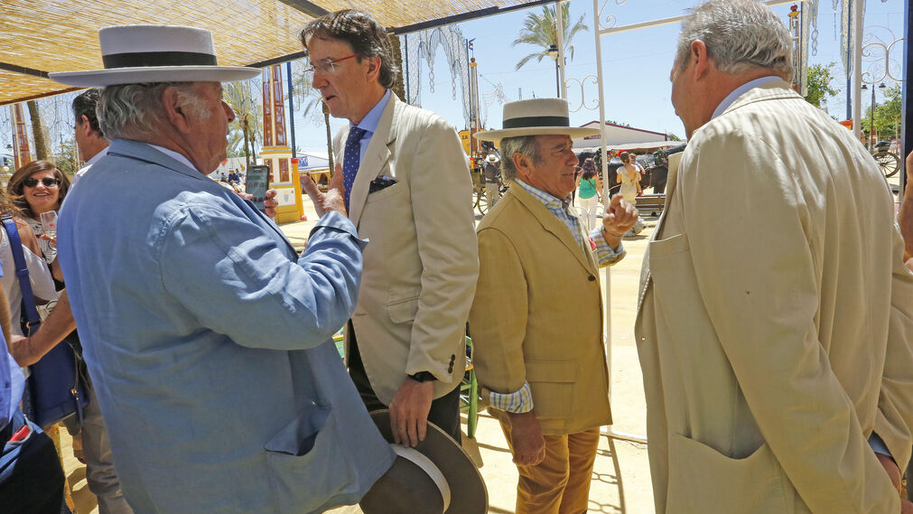 Mauricio González Gordon, sombrero en mano, entra en la caseta 'Ala Ancha'.